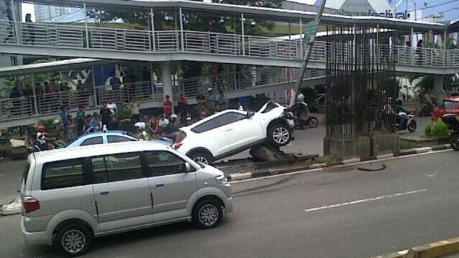 Kecelakaan Nissan Juke di Rasuna Said