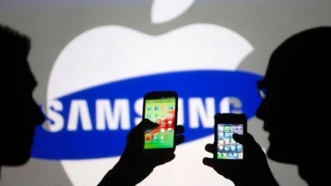 Dua ponsel buatan Samsung dan Apple