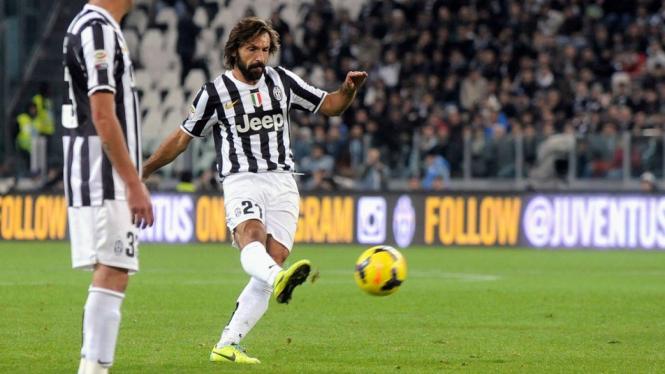 Pemain Juventus Andrea Pirlo membobol gawang Napoli