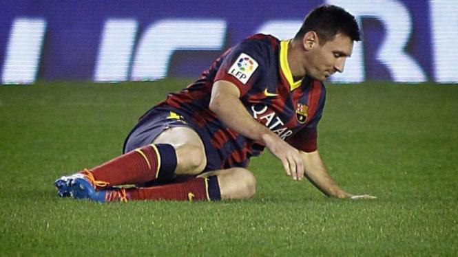 Pemain Argentina, Lionel Messi, terjatuh
