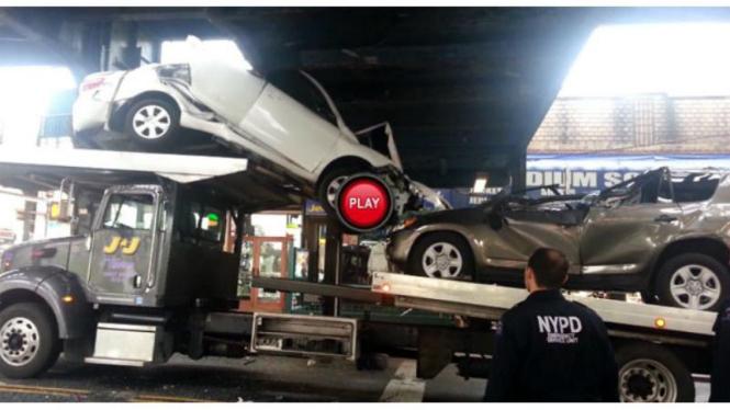 Kecelakaan truk trailer bermuatan mobil Toyota