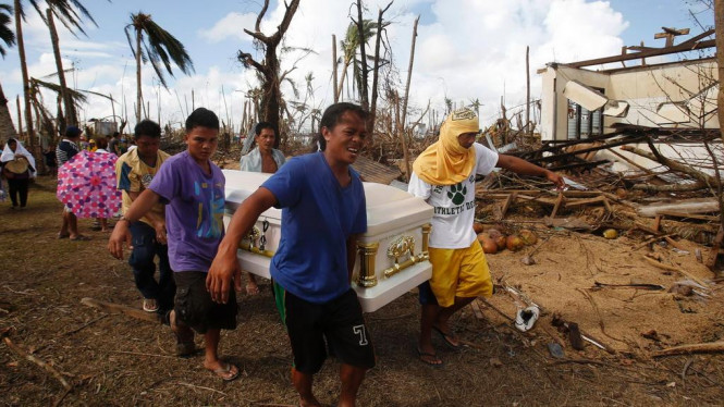 Tim relawan membawa jenazah korban topan Haiyan di Filipina
