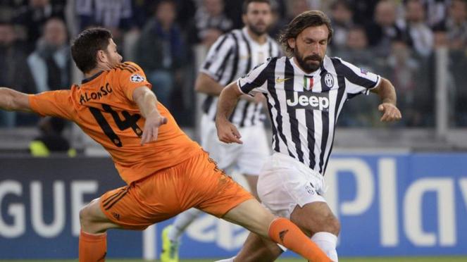 Pemain Juventus, Andrea Pirlo, dan pemain Real Madrid, Xabi Alonso