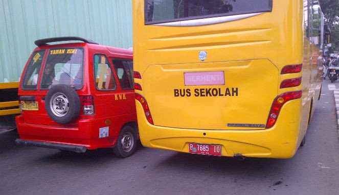 Bus sekolah.
