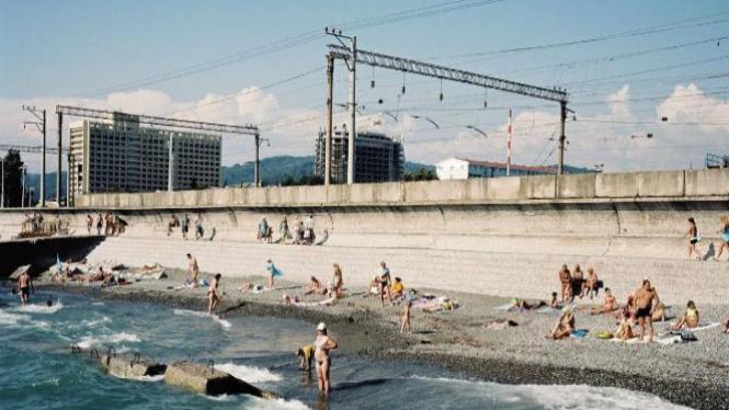 Wisatawan sedang berenang di Laut Hitam, Sochi.