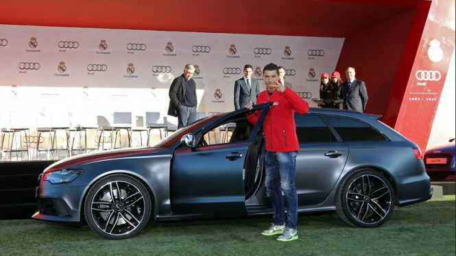 Cristiano Ronaldo berpose dengan mobilnya.