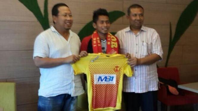 Andik Vermansyah (tengah) saat tanda tangan kontrak dengan Selangor