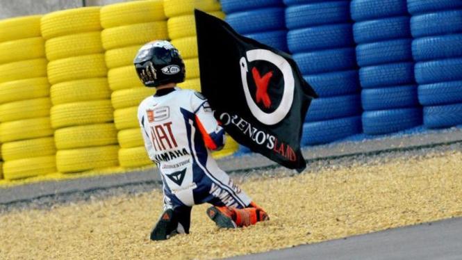 Jorge Lorenzo dengan bendera personalnya, Lorenzo's Land.