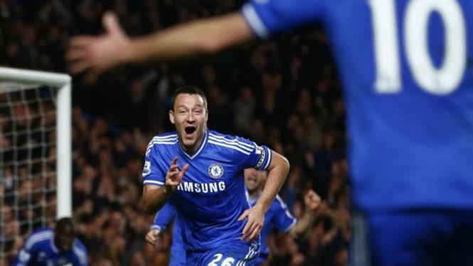 Pemain Chelsea, John Terry, usai mencetak gol