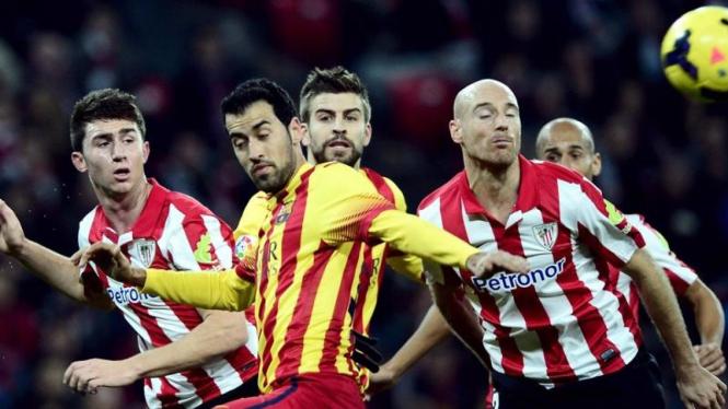 Pemain Barcelona, Sergio Busquets (kuning/depan), saat lawan Bilbao