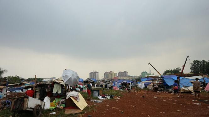 Warga Bantaran  Waduk Ria-Rio Bertahan di Tenda Pengungsian