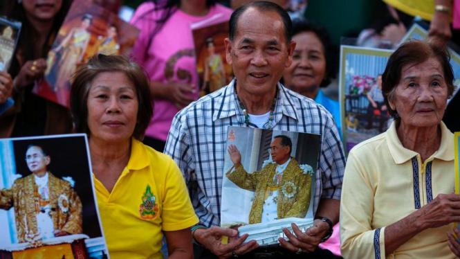 Rakyat Thailand membawa foto Raja Bhumibol Adulyadej