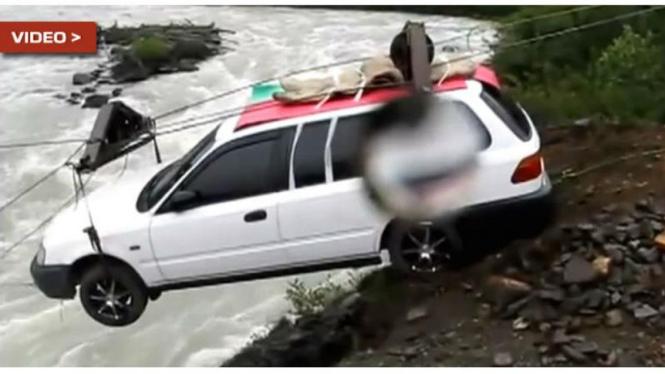 Cara ekstrem mobil seberangi sungai