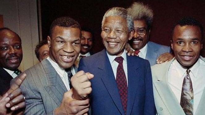 Mike Tyson bertemu dengan Nelson Mandela pada 22 Juni 1990
