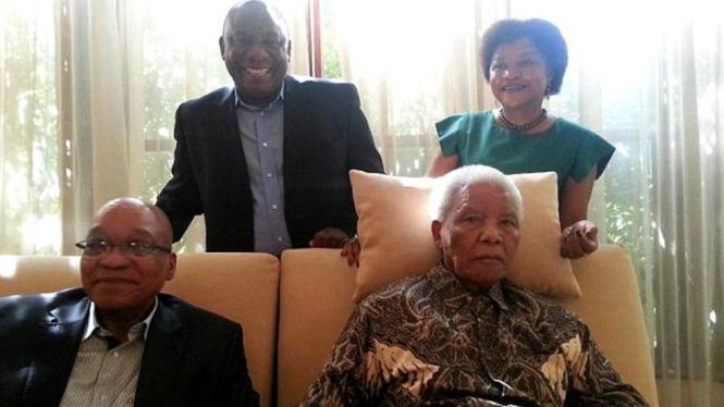 Foto terakhir Nelson Mandela bersama Presiden Afsel Jacob Zuma (kiri bawah)