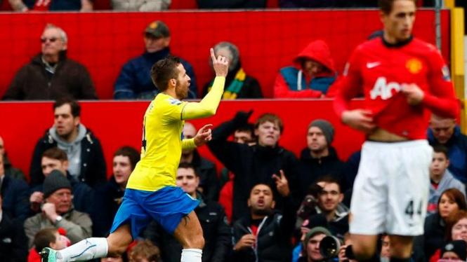 Yohan Cabaye merayakan golnya ke gawang Manchester United.