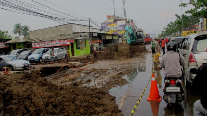 Pengerjaan galian saluran air di Jalan Margonda, Depok