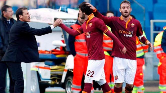 Mattia Destro (tengah) usai mencetak gol ke gawang Fiorentina.