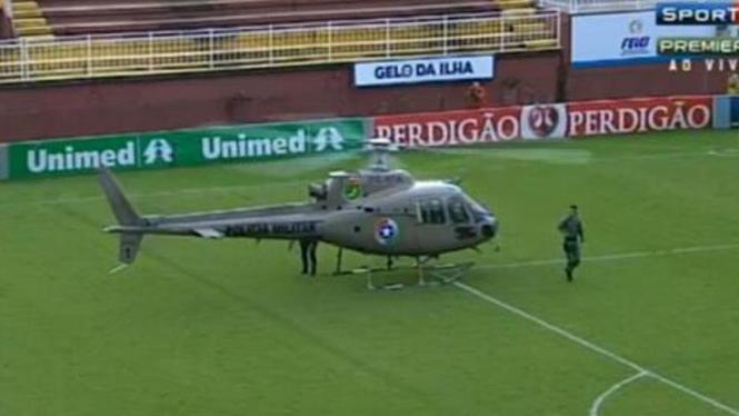 Sebuah helikopter tempur mendarat di stadion