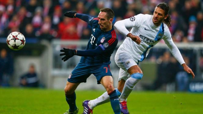 Franck Ribery (kiri) berduel dengan Martin Demichelis