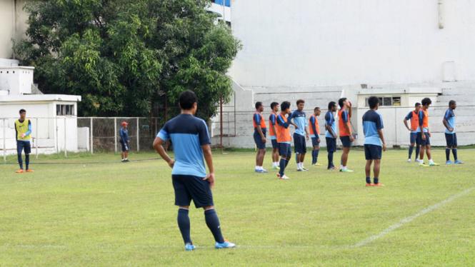 pemain timnas berlatih di myanmar, 11 desember 2013