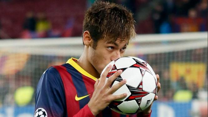 Neymar mencium bola usai menciptakan hattrick