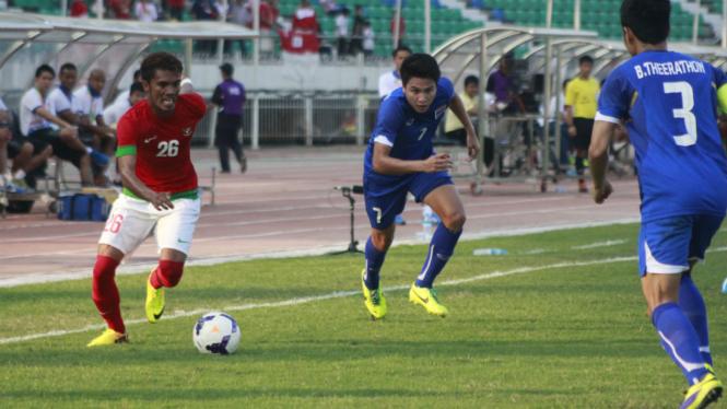 Alfin Tuassalamony (merah)