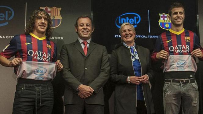 Carles Puyol dan Gerard Pique memamerkan sponsor terbaru Barcelona