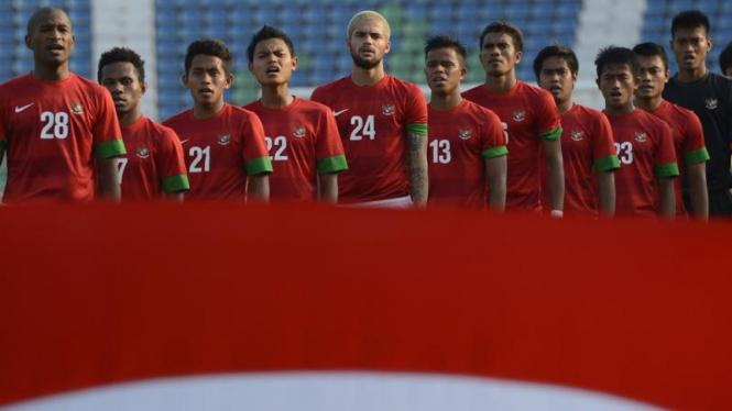 Pemain Timnas U-23 sedang menyanyikan Indonesia Raya