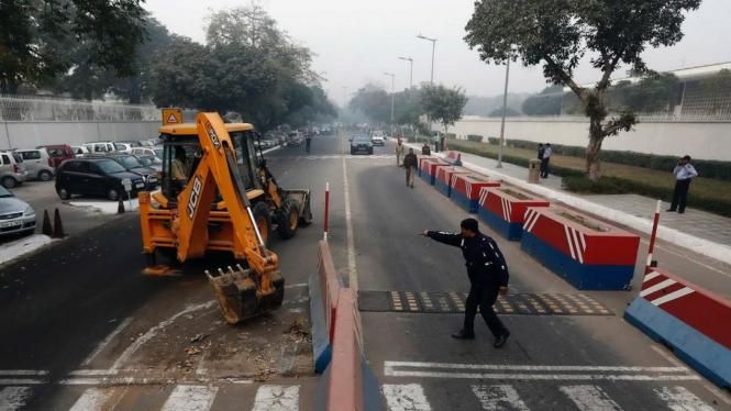 India bongkar paksa barikade keamanan di luar Gedung Kedubes AS