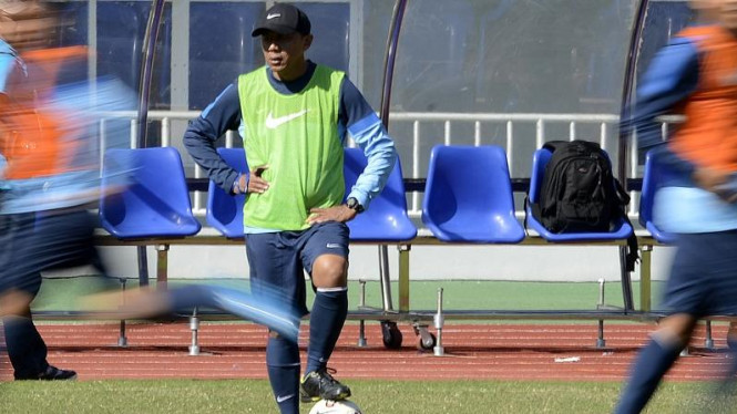 Pelatih Timnas Indonesia U-23, Rahmad Darmawan (tengah)