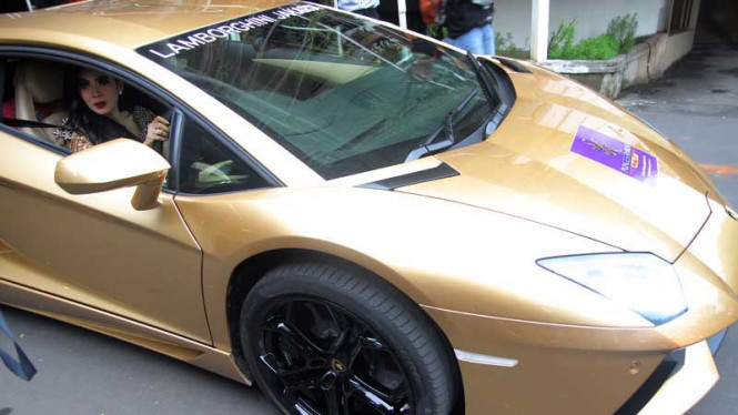 Syahrini Berkonvoi dengan Lamborghini