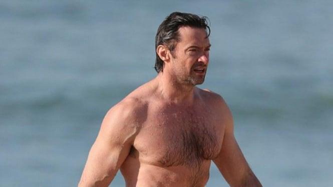 Hugh Jackman berlibur di pantai