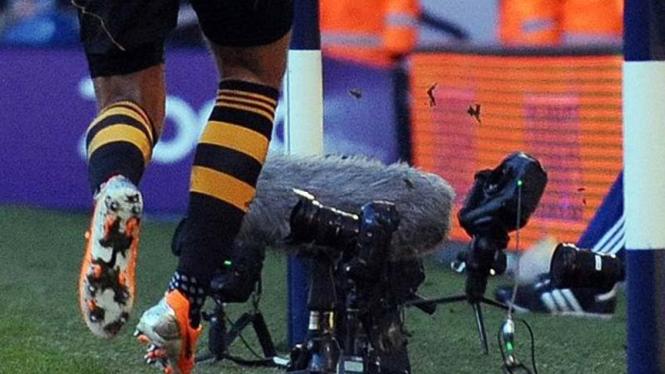 Jake Livermore menendang kamera saat selebrasi gol