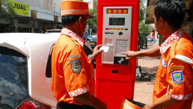 Mesin parkir prabayar di kawasan Braga Bandung, Jawa Barat.