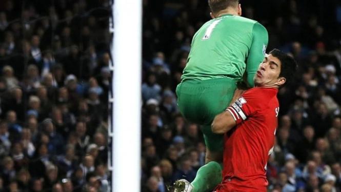 Pemain Liverpool, Luis Suarez, bertabrakan dengan kiper City, Joe Hart