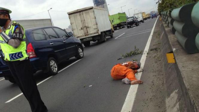 Petugas kebersiha tol terkapar dihantam Nissan Livina