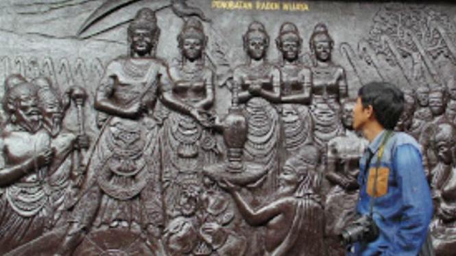 Relief Penobatan Raden Wijaya Sebagai Raja Majapahit