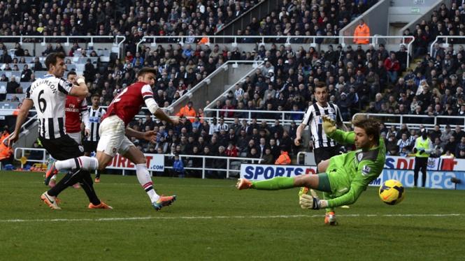 Olivier Giroud mencetak gol ke gawang Newcastle United