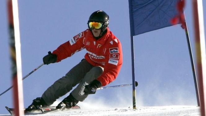Michael Schumacher saat bermain ski di Italia pada 2005 silam