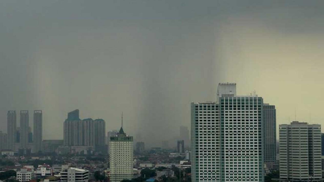 Langit Jakarta diselimuti awan hitam.