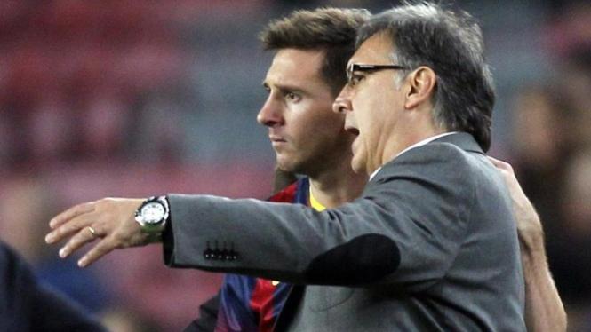 Pelatih Barcelona, Gerardo Martino, dengan Lionel Messi