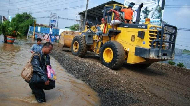 Pengurukan Jalan Pantura Kudus, Jawa Tengah, beberapa waktu lalu.
