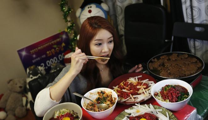 Ilustrasi wanita menikmati makanan