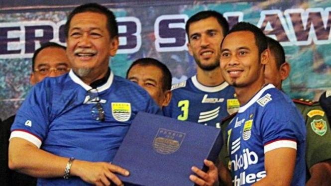 Wakil Gubernur Jabar, Deddy Mizwar (kiri) bersama pemain Persib Bandung.