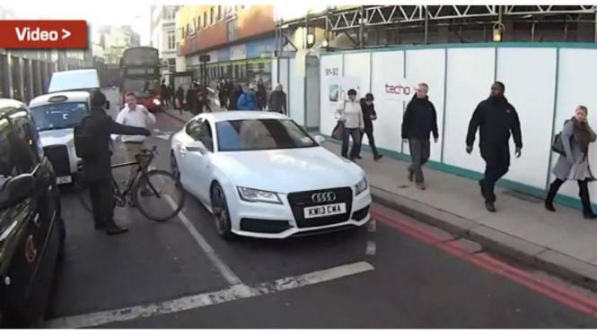 Penumpang Audi A7 berkelahi dengan pesepeda
