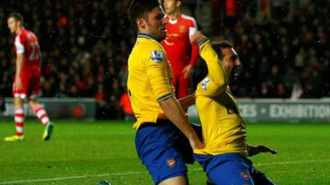 Pemain Arsenal, Olivier Giroud, selebrasi dengan Santi Cazorla