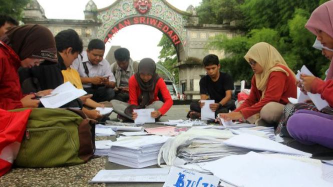Pembuatan buku daur ulang untuk korban banjir Pantura