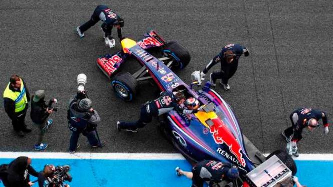 Kru Red Bull mendorong mobil Sebastian Vettel