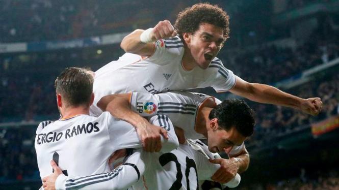 Pemain Real Madrid merayakan gol ke gawang Atletico